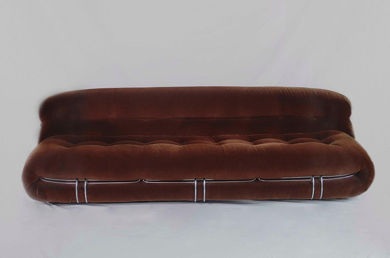Soriana sofa design by Afra & Tobia Scarpa for Cassina 1970s. This model has three front metal clamps, and his original brown velvet fabric. Iconic Italian design piece, winner of the Compasso D'Oro in 1969. The design idea of the Soriana was to