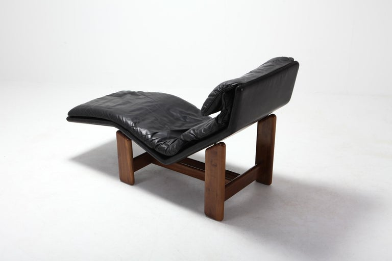 Afra & Tobia Scarpa Black Leather and Walnut Lounge Chair In Good Condition For Sale In Antwerp, BE
