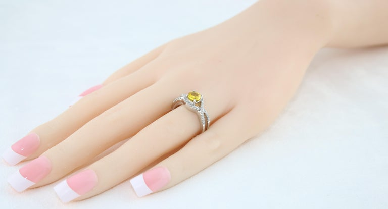 AGL Certified 0.77 Carat Round Yellow Sapphire and Diamond Gold Ring For Sale 1