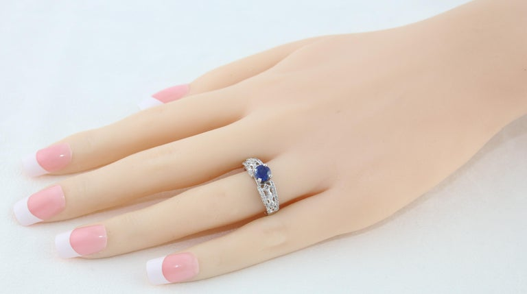 Contemporary AGL Certified 0.80 Carat Sapphire Diamond Gold Ring For Sale