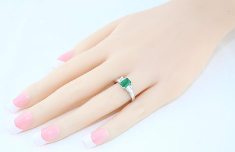 AGL Certified 0.84 Carat Emerald Three-Stone Diamond Gold Ring In New Condition For Sale In New York, NY