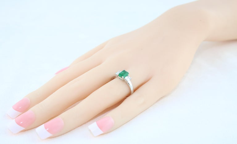 AGL Certified 0.84 Carat Emerald Three-Stone Diamond Gold Ring For Sale 1