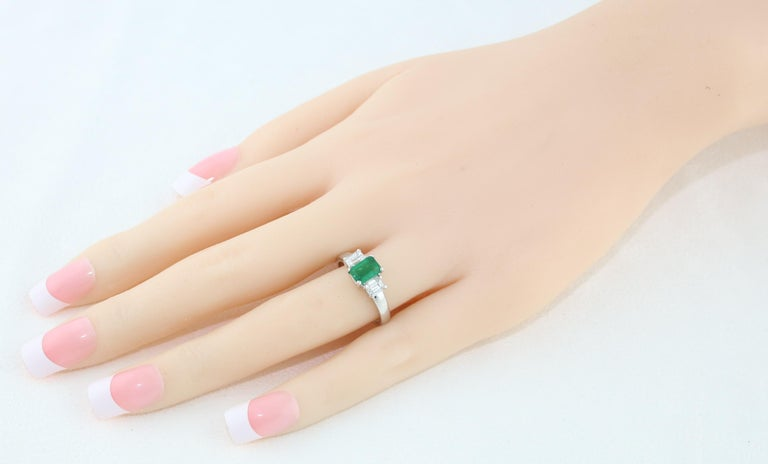 AGL Certified 0.84 Carat Emerald Three-Stone Diamond Gold Ring For Sale 3