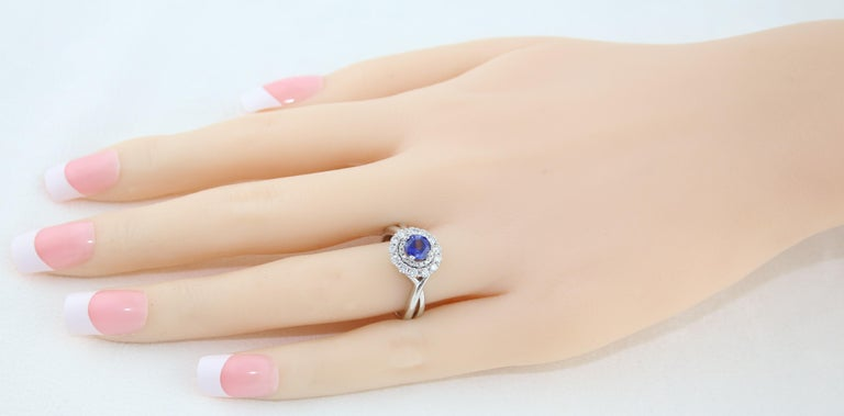 Contemporary AGL Certified 0.84 Carat Round Sapphire Diamond Gold Ring For Sale
