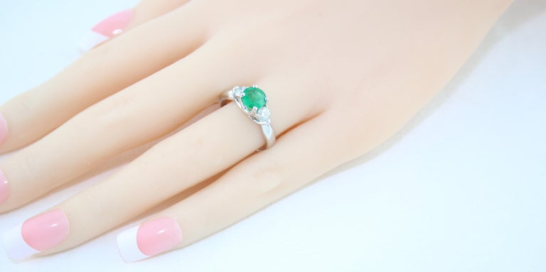 AGL Certified 0.96 Carat Emerald Three-Stone Diamond Gold Ring For Sale 3