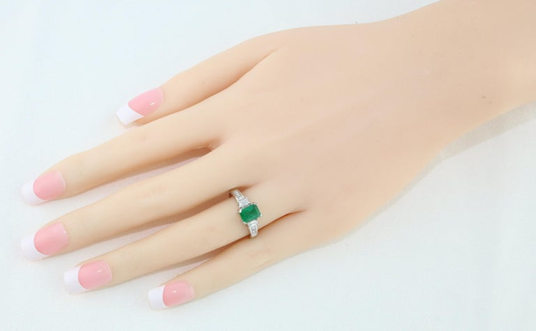AGL Certified 1.15 Carat Emerald Three-Stone Diamond Gold Ring In New Condition For Sale In New York, NY