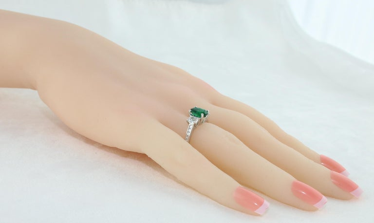 AGL Certified 1.55 Carat Oval Emerald Three-Stone Diamond Gold Ring In New Condition For Sale In New York, NY