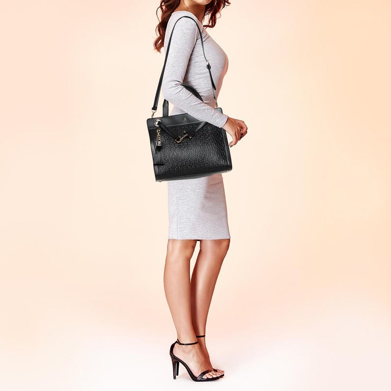 Designed to look nothing but flawless, this Cavallina bag from Aigner is a dream you can add to your collection! Fabulous in black, it comes crafted from leather and features dual top handles. It flaunts a strap looped around like a drawstring at