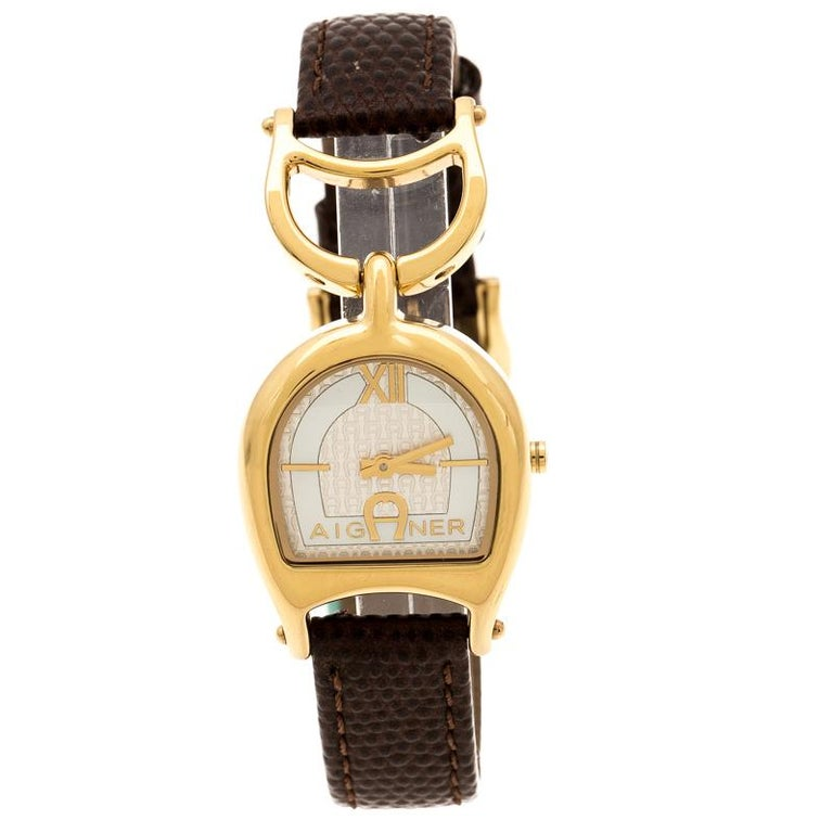 A simple and classic design with distinguishing elements makes this beautiful Aigner Arte A32200 wristwatch special. The bracelet on this watch is crafted in leather and it holds a gold-plated stainless steel case and a statement horseshoe motif.