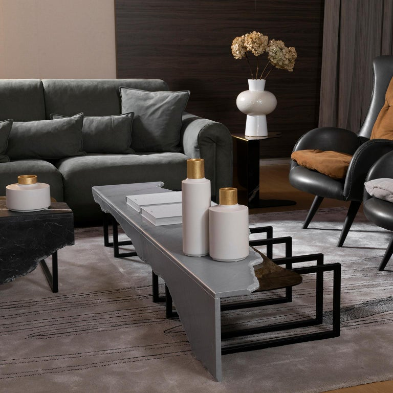 Coffee table top in matt Bardiglio marble with a split face effect on the edge and an inlay metal detail in oxidized brass with a high-gloss finish. Metal structure base lacquered in satin black.  Aire coffee table extra large  FI007 black