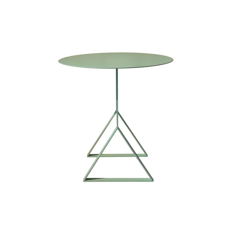 A design inspired in the simple and functional Nordic lines, combined with Leo Di Caprio's ludic style, is the concept of the Aka collection. Geometric forms compose the different bases seen by one side, which turns in an