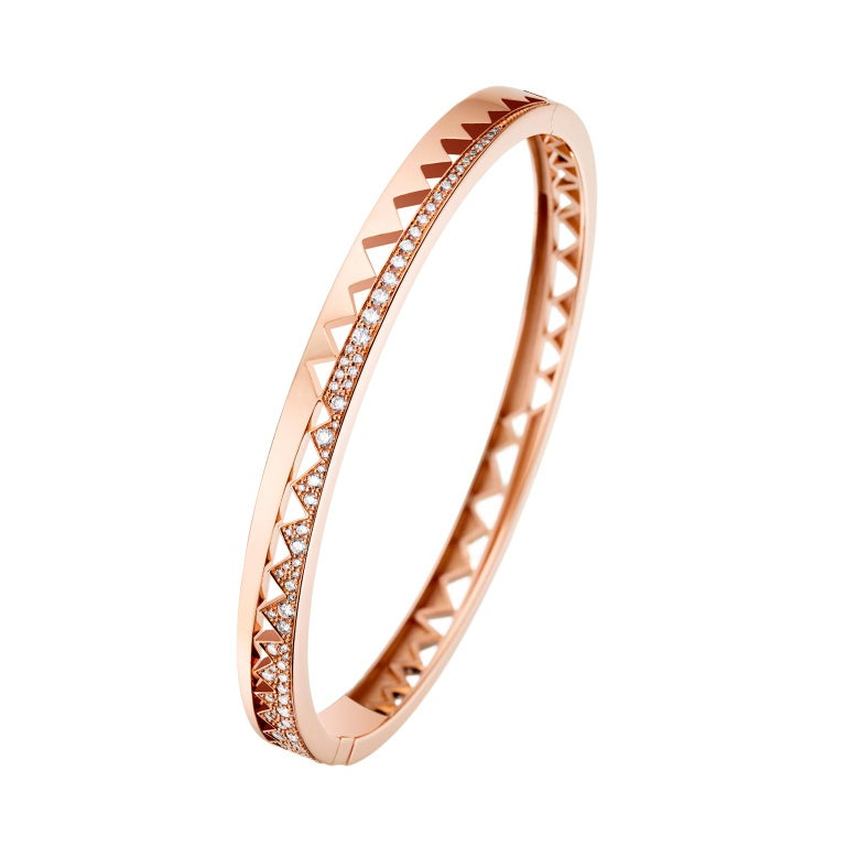 18K rose gold AKILLIS Capture Me bracelet set with white diamonds. Diamonds (cts): 2,186  The bracelet has two sides: one is fully set with diamonds et another one is half-set, offering a sophisticated and dynamic look.   The new AKILLIS collection