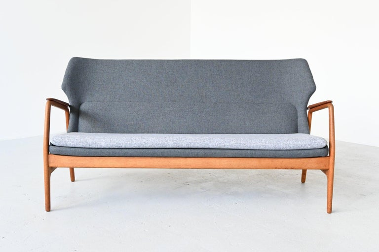 Fantastic shaped lounge sofa designed by Aksel Bender Madsen for Bovenkamp, the Netherlands, 1960. Bovenkamp was known for its high quality and Danish import furniture. This sofa is completely newly upholstered including new foam. We chose for a