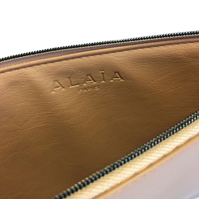 Women's or Men's Alaïa Pouch In Pink Beige Leather For Sale