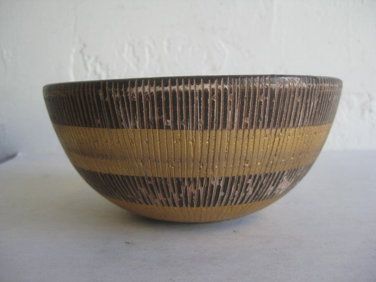 Beautiful Aldo Bitossi Italian ceramic/pottery gold seta sgraffito bowl. Signed by the artist on the bottom. Made in Italy during the 1960s. Wonderful form and design. Colors are great. Measures: approx. 6