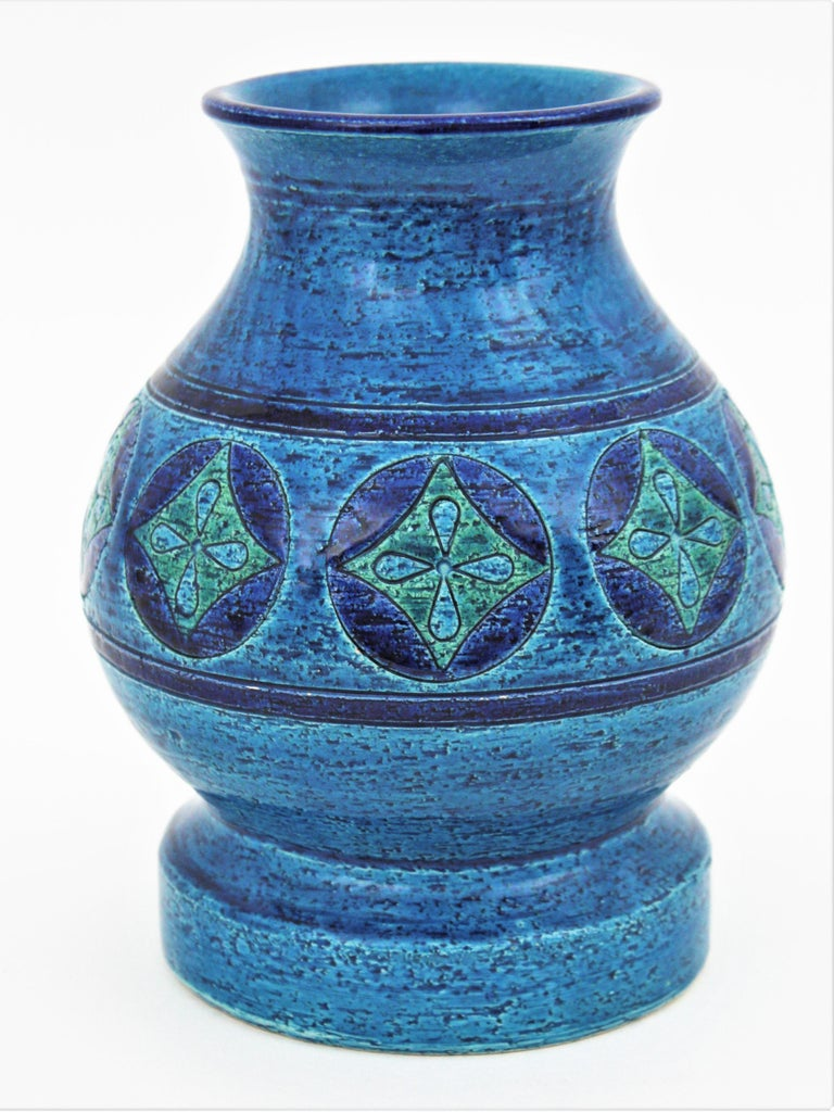 Rare design by Aldo Londi for Bitossi. Rimini Blu ceramic footed vase with geometric motifs, Italy, 1960s This stunning glazed ceramic vase has a pattern with circles in dark blue with rhombus inside in shades of green / turquoise color accented by