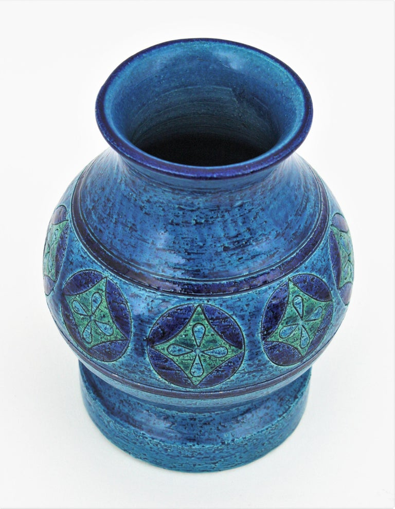 Aldo Londi for Bitossi Circles & Rhombus Design Blue Ceramic Footed Vase, 1960s In Excellent Condition For Sale In Barcelona, ES