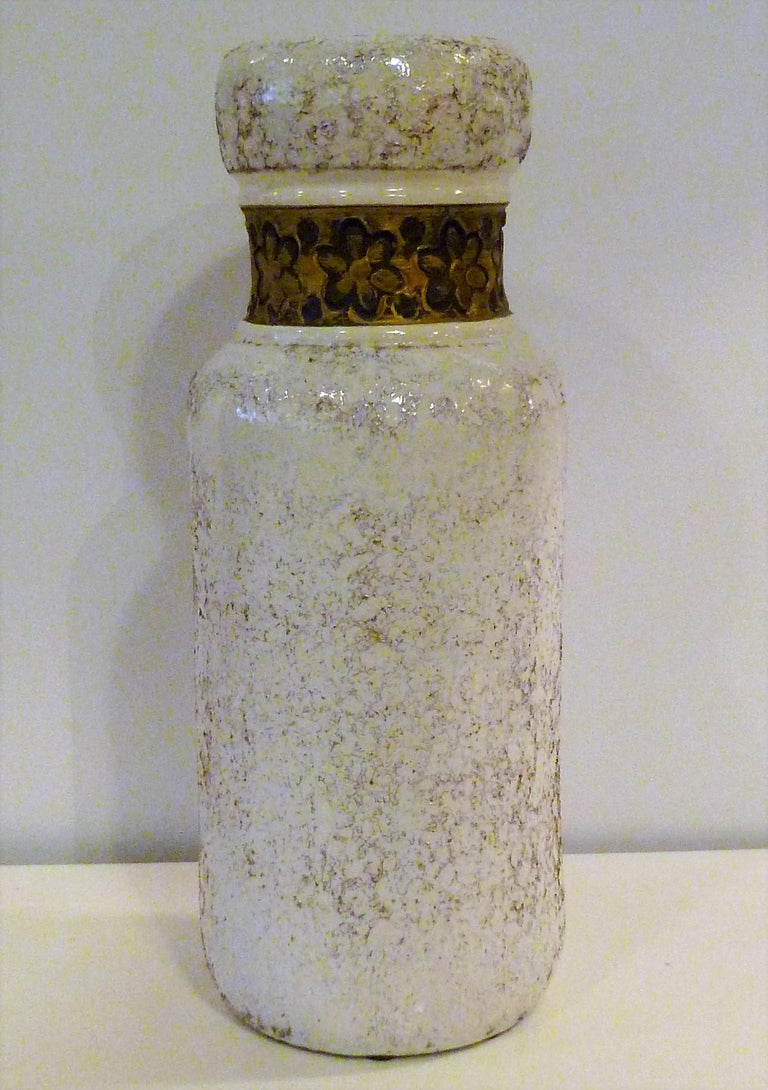 Aldo Londi for Rosenthal Netter made by Bitossi. An elegant Italian Modern textured pottery vase, 1960s. A thick white lava glaze has been applied over the terracotta body to created a rough texture embellished with a neck band of gold gilt flowers.