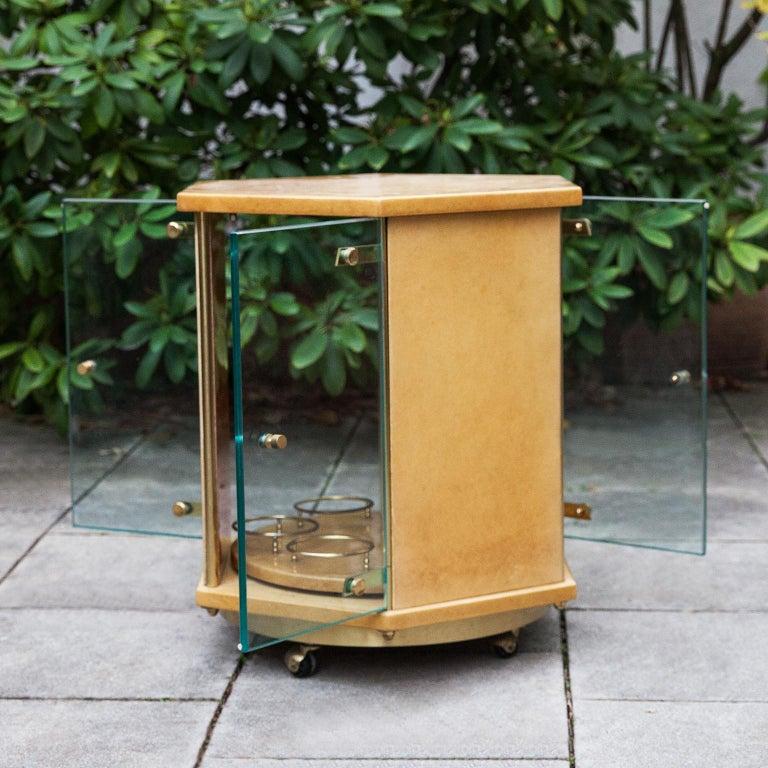 Aldo Tura Creme Goatskin Hexagonal Bar Cart In Excellent Condition For Sale In Munich, DE