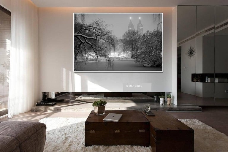 New York City black and white photo - New Yorker 30x45 in. Mounted acrylic glass - Gray Black and White Photograph by Alejandro Cerutti