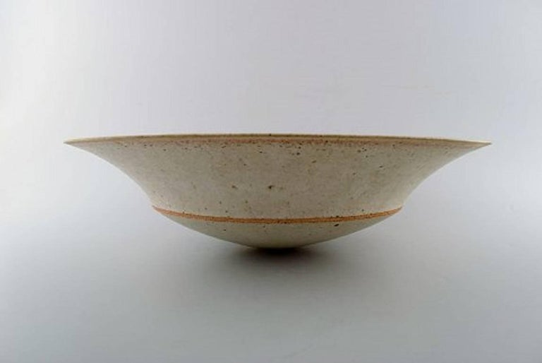 Alev Ebüzziya Siesbye (born 1938). Very large unique bowl of stoneware, decorated with orange-red, geometric pattern, swollen edge. Signed: Alev 83. Measure: Diameter 39 cm, height 11 cm. In perfect condition.