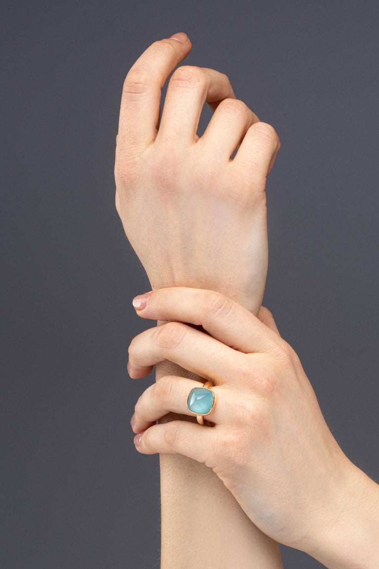 Alex Jona design collection, hand crafted in Italy, 18 Karat yellow gold ring set with a sugar loaf quartz over turquoise, weighing 4 carats. Size US 6, can be sized to any specification. Dimensions: H x 29 mm, W x 29 mm, D x 11 mm  -  H x 0,82 in,