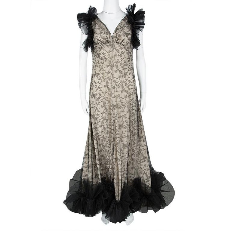 Let this Alexander McQueen gown help you radiate your beauty in an effortless way. It has been created from quality materials and styled with tulle ruffles at the shoulders and the hem which falls freely to the floor. The gown is stunning and it is