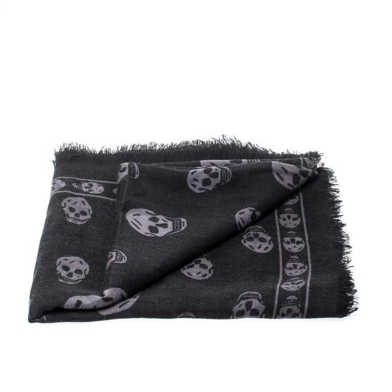 Alexander McQueen Black & Grey Skull Print Cashmere Scarf In Excellent Condition For Sale In Dubai, Al Qouz 2
