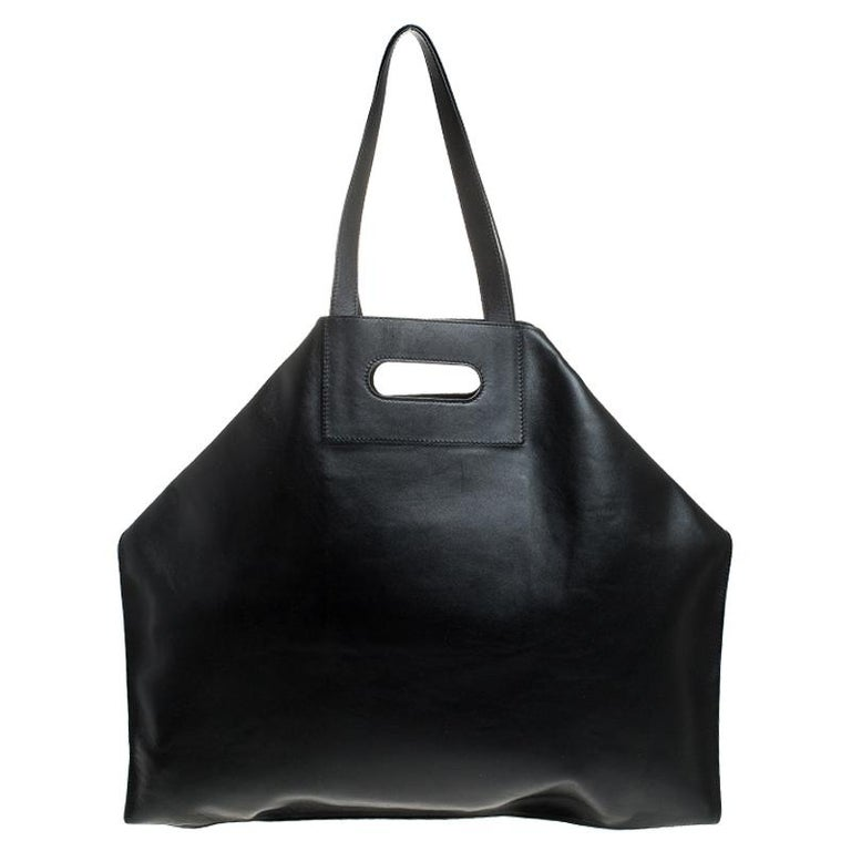 Alexander McQueen brings you this super-edgy tote crafted from leather. This De Manta tote is one-of-a-kind and comes in black. It is held by a single handle and folded top edges that add interest. The bag has a leather-lined interior and is sized
