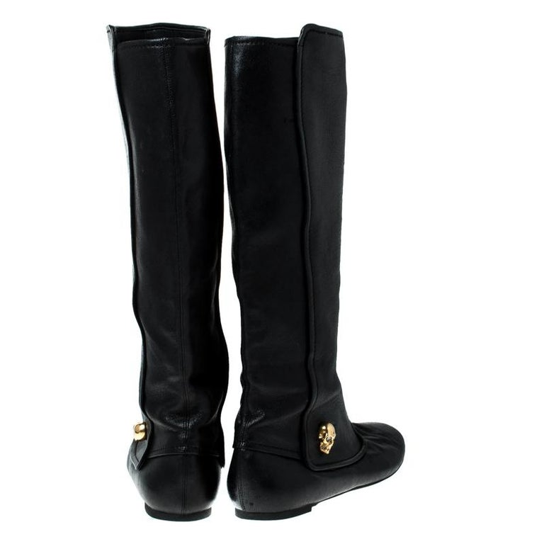 Alexander McQueen Black Leather Skull Charm Knee Length Boots Size 40 In Good Condition For Sale In Dubai, Al Qouz 2