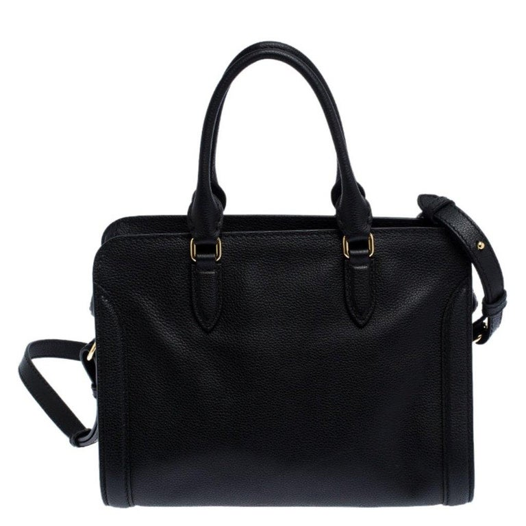 Designed to be roomy enough to carry your everyday essentials, this bag is an Alexander McQueen creation. Crafted from leather, this bag features a skull-shaped padlock and a leather clochette. This bag lends a sophisticated look and comes with dual
