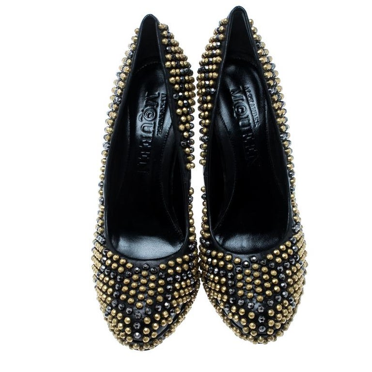 This pair of Alexander McQueen pumps is more than just a fashion statement. They have been crafted from leather and designed with round toes, and edgy stud detailing all over. The pumps are complete with comfortable insoles and 13.5cm