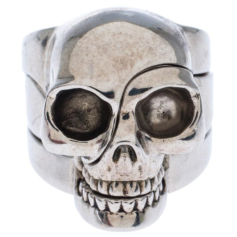 Quirky and very stylish, this ring from Alexander McQueen is here to enchant you and make you fall in love with it. The fabulous creation is crafted from silver-tone metal and has a divided skull motif at the head. A piece worth collecting, it will