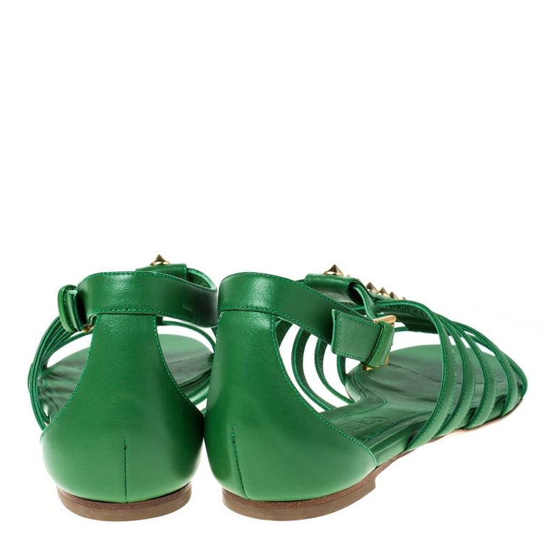 Alexander McQueen Green Leather Spike Detail Flat Gladiator Sandals Size 38.5 In New Condition For Sale In Dubai, Al Qouz 2