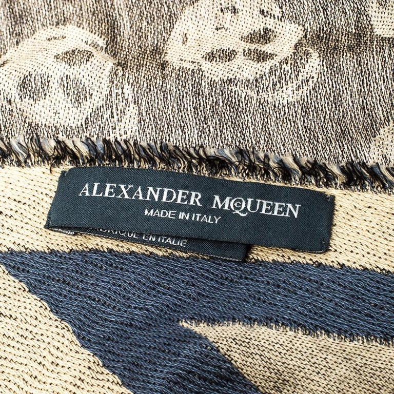 Alexander McQueen Grey Skull Pattern Jacquard Triangle Fringed Scarf In Good Condition For Sale In Dubai, Al Qouz 2