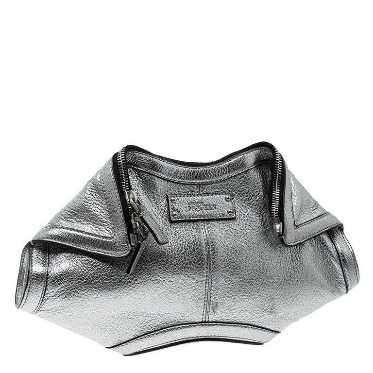 Alexander McQueen Metallic Silver Leather Small De Manta Clutch In Excellent Condition For Sale In Dubai, Al Qouz 2