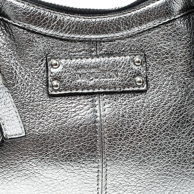 Alexander McQueen Metallic Silver Leather Small De Manta Clutch For Sale 1