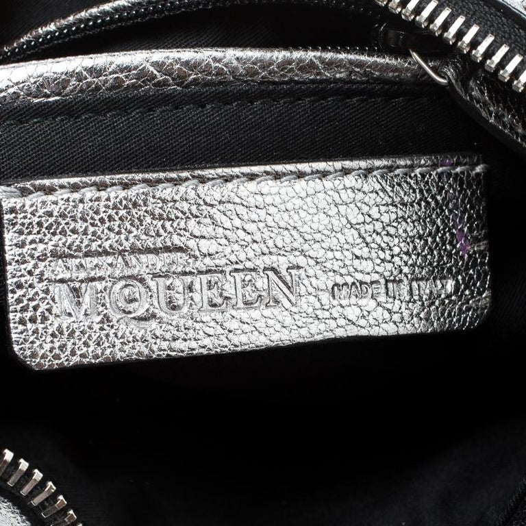 Alexander McQueen Metallic Silver Leather Small De Manta Clutch For Sale 4