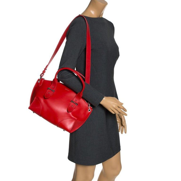 Add a dash of color to your outfit, with this red Legend tote from Alexander McQueen. Crafted from red leather, it features a structured body, top round handles supported with silver-tone hardware and a removable leather strap. The bag is secured