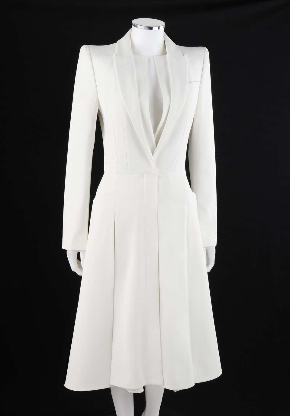 https://a.1stdibscdn.com/alexander-mcqueen-s-s-2015-white-tailored-classic-structure-longline-coat-dress-for-sale-picture-3/v_5413/1599583952051/014190_AlexanderMcQueenWhitePleatedandFlaredBlazerDressJacket_2__master.JPG?disable=upscale&auto=webp&quality=60&width=960