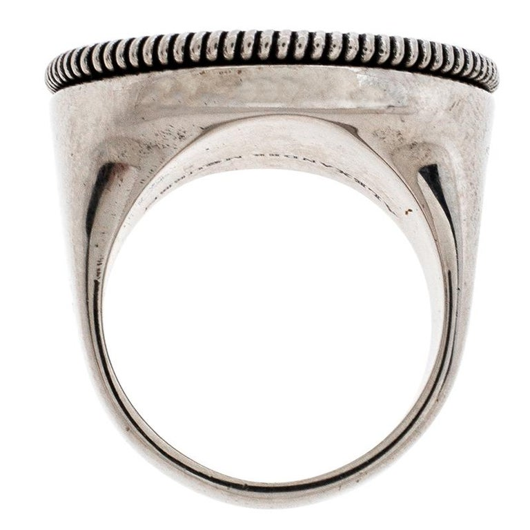 Quirky and very stylish, this ring from Alexander McQueen is here to enchant you and make you fall in love with it. The fabulous creation is crafted from antique silver-tone metal and features a medallion as the head accented with a crow and the