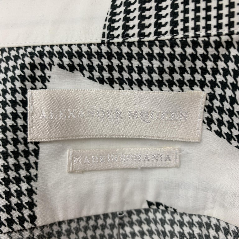 ALEXANDER MCQUEEN S Black & White Graphic Houndstooth Print Short Sleeve Shirt For Sale 2