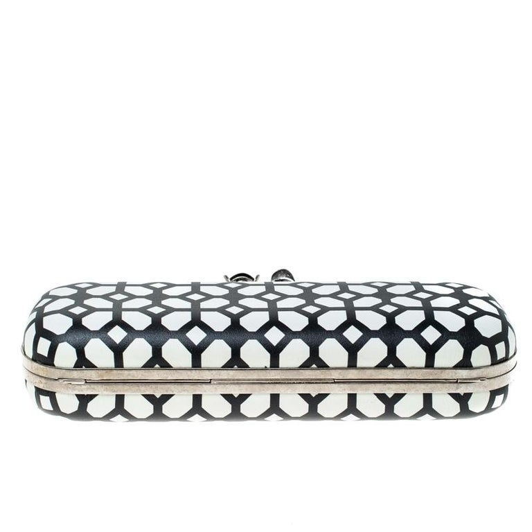 Alexander McQueen White/Black Patent Leather Skull Knuckle Clutch For Sale 6