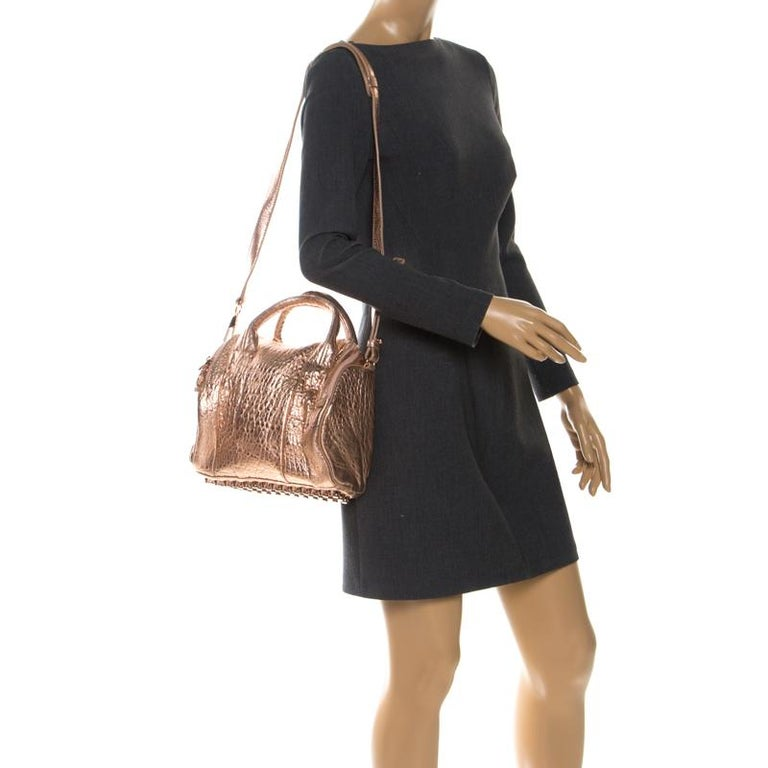 Alexander Wang Metallic Rose Gold Textured Leather Rocco Duffel Bag In Excellent Condition For Sale In Dubai, Al Qouz 2