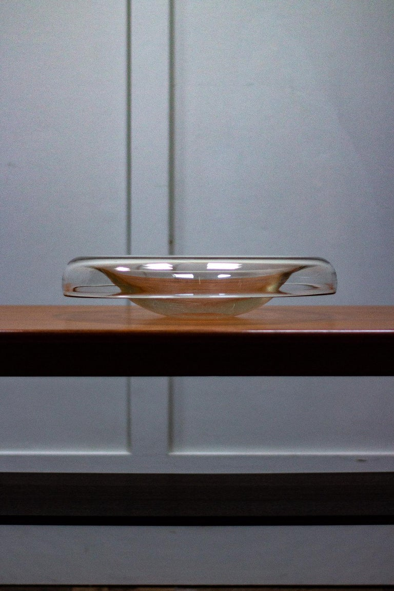 Clear glass bowl by Alfredo Barbini for Murano. He began making glass in 1925 and consequently became recognised as one of the leading figures in Murano glass during the 20th century.   Measures: Height 9cm Width 38cm Depth 38cm.