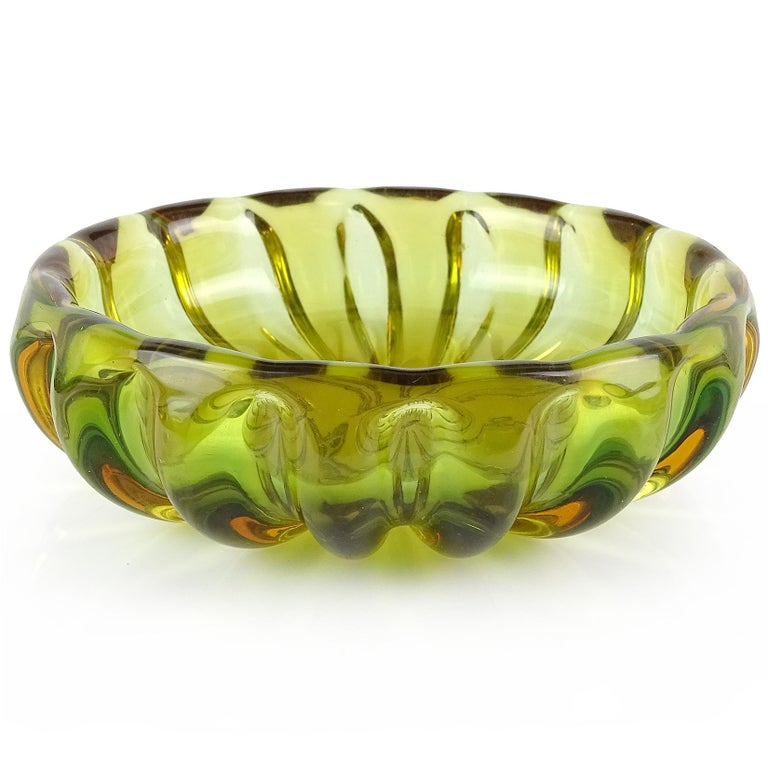 Beautiful Murano hand blown Sommerso green and orange Italian art glass round bowl / vide-poche. Documented to designer Alfredo Barbini. It has a ribbed pattern throughout, with the bottom edge showing the orange layer. Measures 5 1/2