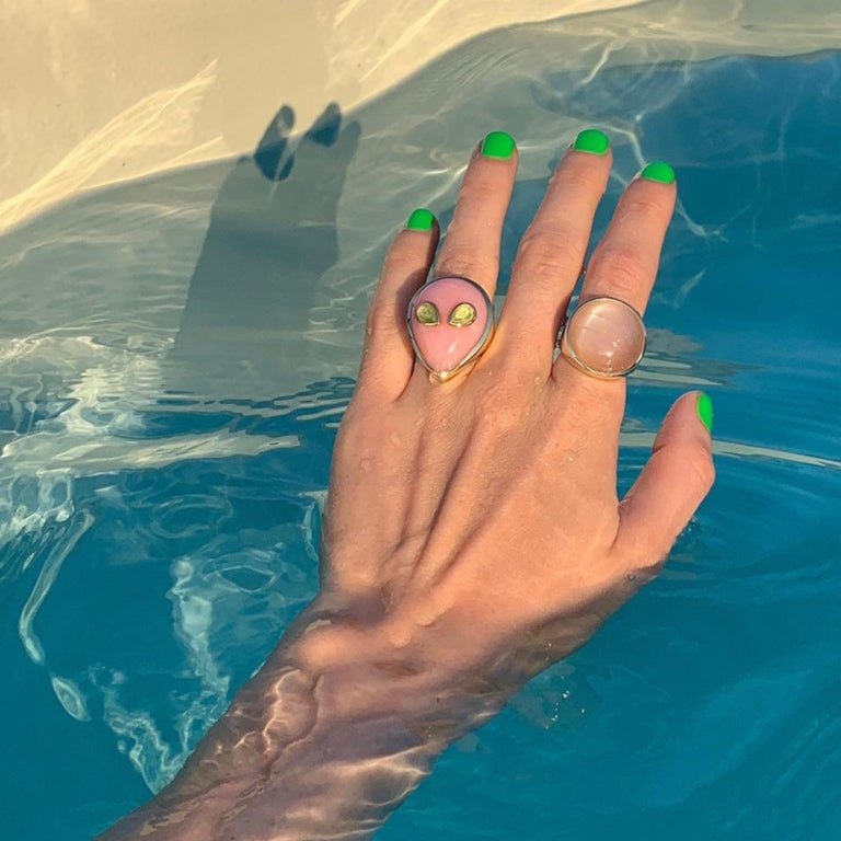 Alien Ring, 18 Karat Yellow Gold Pink Opal and Peridot, One of a Kind In New Condition For Sale In Berlin, DE