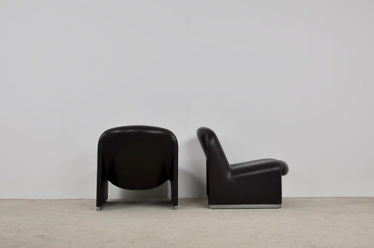 Pair of Skaï armchairs. Wear and tear due to time and age of the armchairs. Measures: Seat height 37cm.
