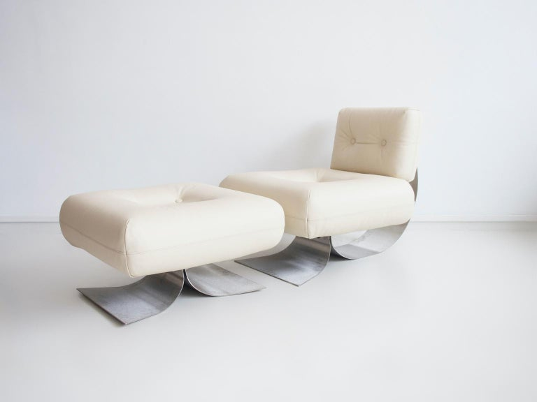Iconic 'Alta' lounge chair with ottoman designed by Brazilian architect Oscar Niemeyer and manufactured by Mobilier International in France. Made of steel with white leather upholstery, 1970s. Labeled by producer. Ottoman measurements: height 47