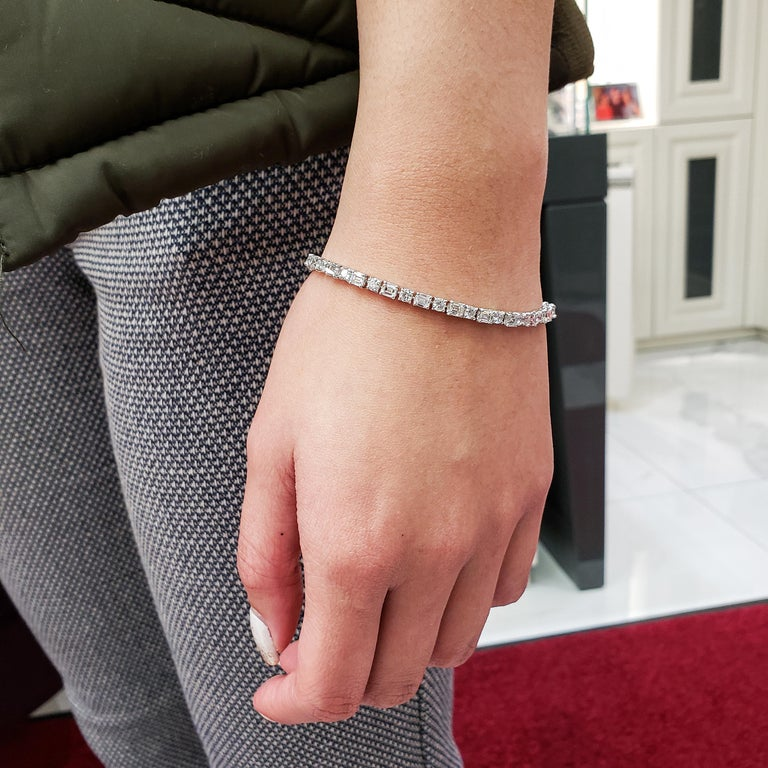 Contemporary Alternating Round and Emerald Cut Diamond Tennis Bracelet For Sale